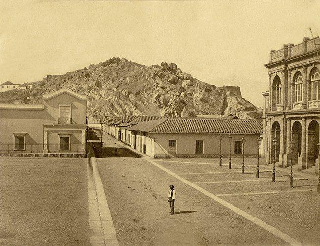 Plazuela frente al Teatro Municipal y calle Agustinas hacia el cerro Santa Lucía de Santiago, c1860