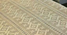 Un copriletto realizzato a filet  formato da strisce unite tra di loro. Le greche sono il motivo dominante del disegno. Il copriletto è f...