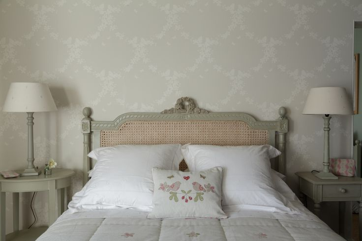 Settle down at night in luxury and sleep peacefully | apple blossom pearl/ ivory wallpaper