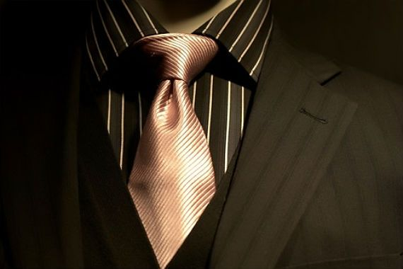 MANUAL PARA A ESCOLHA DA GRAVATA CERTA;A ponta da gravata deve tocar a fivela do cinto;  para o verão procure gravata em tons claros como amarelo, azul ou rosa. Já no inverno, invista em cores quentes como marrom, verde musgo ou bordô. Gravatas vermelhas podem ser usadas o ano todo.