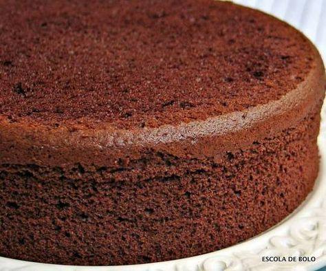Esta receita rende 2 formas de 20cm ou 1 de 30cm. Cada bolo poderá ser cortado ao meio, rendendo assim um bolo com 3 camadas de recheio. É um bolo básico e muito versátil, uma base excelente para vários tipos de recheio. INGREDIENTES 7 ovos em temperatura ambiente 200 gr. de açucar (1 xícara) 1 colher de chá de sal 180 gr. de farinha de trigo (1 1/2 xicara) 30 gr. de cacau em pó (1/3 xicara) 60 gr. de manteiga (3 colheres de sopa) 2 colheres de chá de baunilha MODO DE FAZER pré aqueça o f...