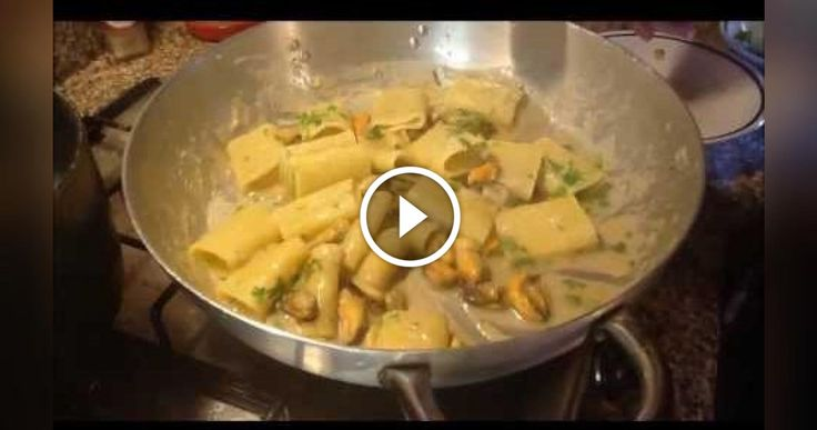Amici ed amiche questa è una ricetta da chef stellati. Solo a pronunciarla è come se assaporiamo già tutti gli ingredienti. Il procedimento è il seguente: Aprire le cozze e sgusciarle,