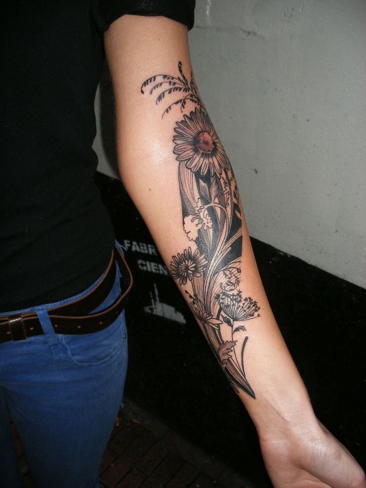 Love this flower arm tattoo by Barbara Swingalink // Located in Amsterdam