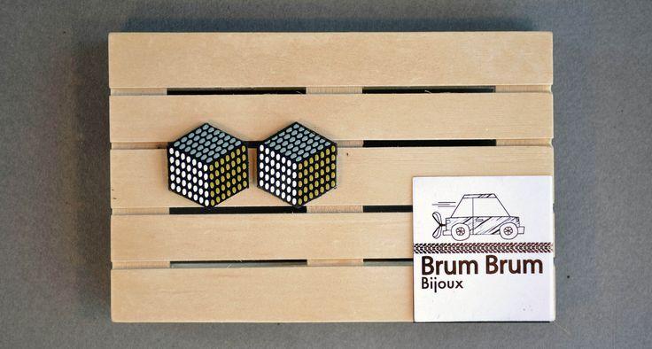 "Orecchini ""Cubo"" realizzati a mano in pelle serigrafata""// Handmade screenpinted leather earrings ""Cubo"" di BrumBrumBijoux su Etsy"