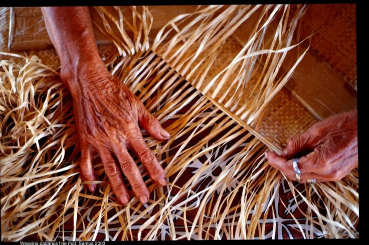 Weaving pandanus mat