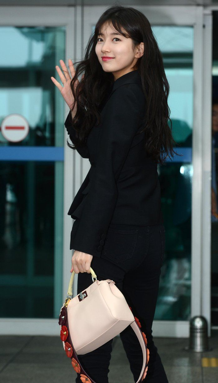 'Suzy' poses at Incheon International Airport on Tuesday on her way to Italy for a photo shoot.