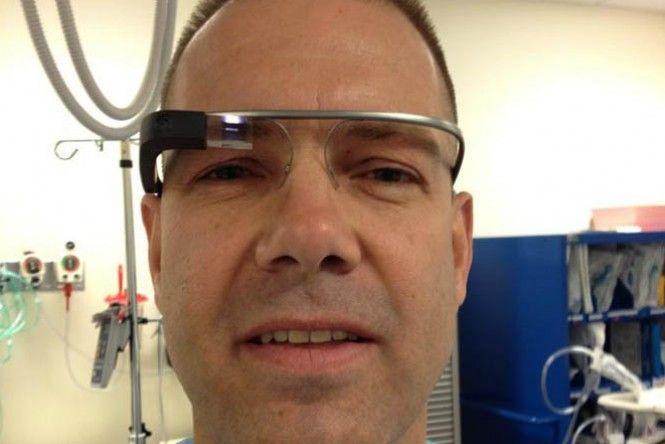 """Usando uma sessão restrita do Google Hangouts, um médico do Eastern Maine Medical Center, nos EUA, transmitiu uma cirurgia gástrica simples usando o Google Glass. """"Ao realizar e documentar esse evento, eu quis mostrar que o aparelho tem grande potencial na medicina, especialmente em cirurgias"""", disse o cirurgião em seu blog. Na INFO Online."""