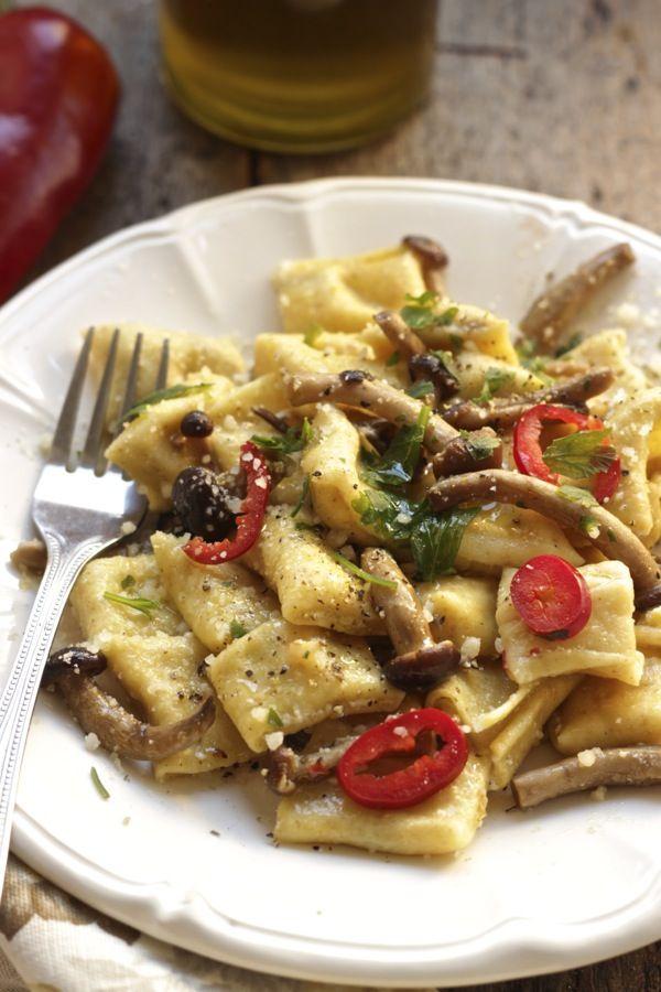 Mezze maniche di pasta fresca ripiene di ricotta e funghi porcini