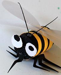 abeille en bouchon de liège, collage de papier et de papier calque