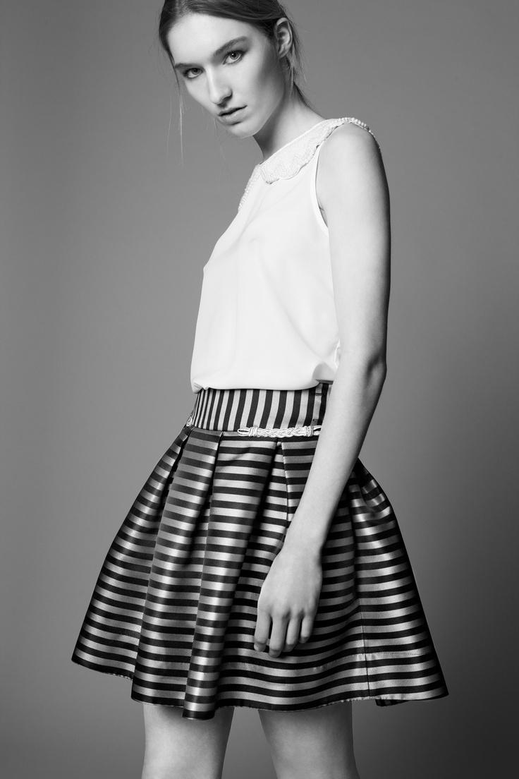 NAUTICAL SKIRT: Falda marinera con vuelo y un sencillo top joya para un  look sofisticado