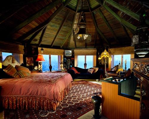 Bedroom, hut edition!