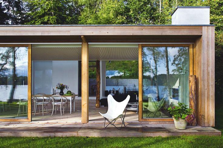 Stenplanter på taget og en træstamme i stuen. Det charmerende sommerhus ved Buresø falder i ét med naturen