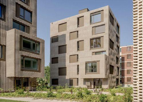 Een met robots gefabriceerde baksteen gevel dat als een maliënkolder om het woningcomplex hangt. Residenza Le Stelle naar ontwerp van Buzzi Studio Di Architettura staat in Locarno.