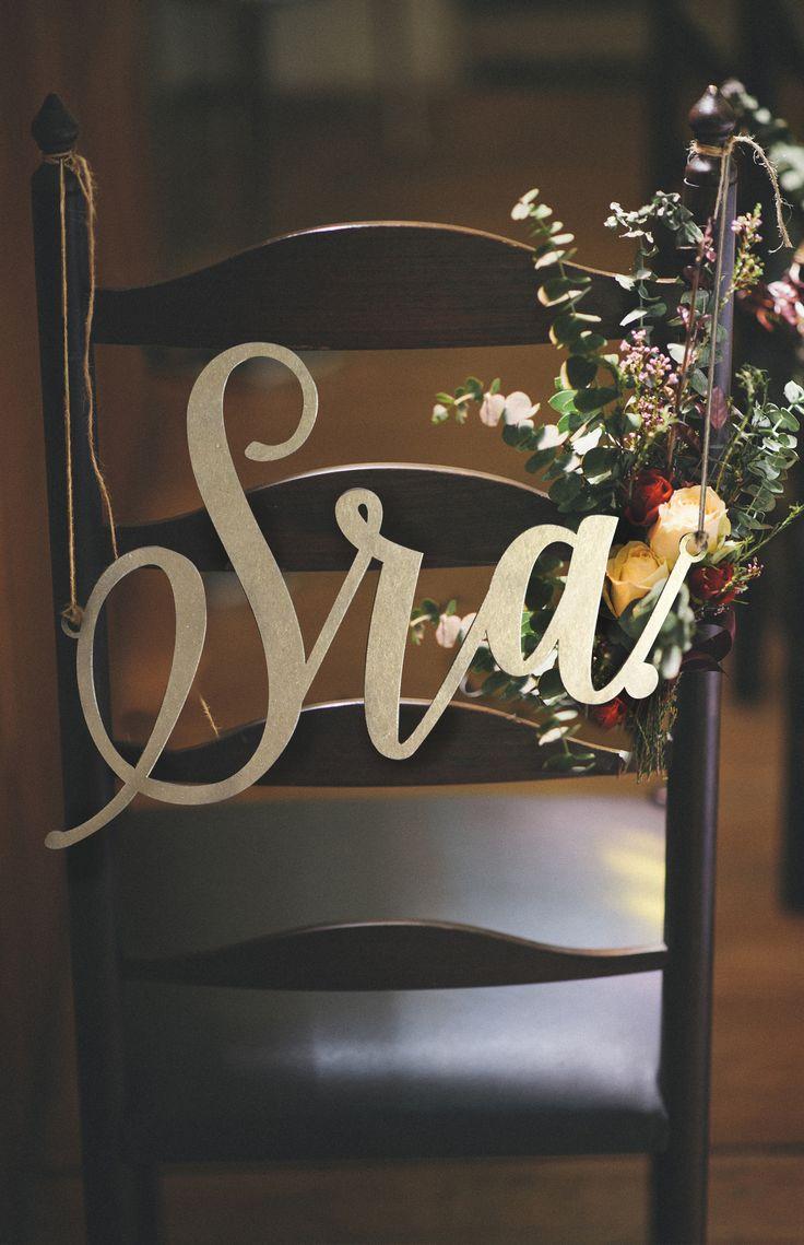 """Placa para cadeira dos noivos .""""Sr"""" & """"Sra"""" para serem penduradas atrás das cadeiras. Acabamento em dourado, perfeitas para decorar a mesa do novo casal."""
