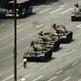 Piazza Tiananmen  5 giugno 1989. Un abitante di Pechino arresta i carri armati scesi in piazza per fermare le proteste scoppiate in Cina il giorno del funerale di Hu Yaobang (Credits: Jeff Widner)