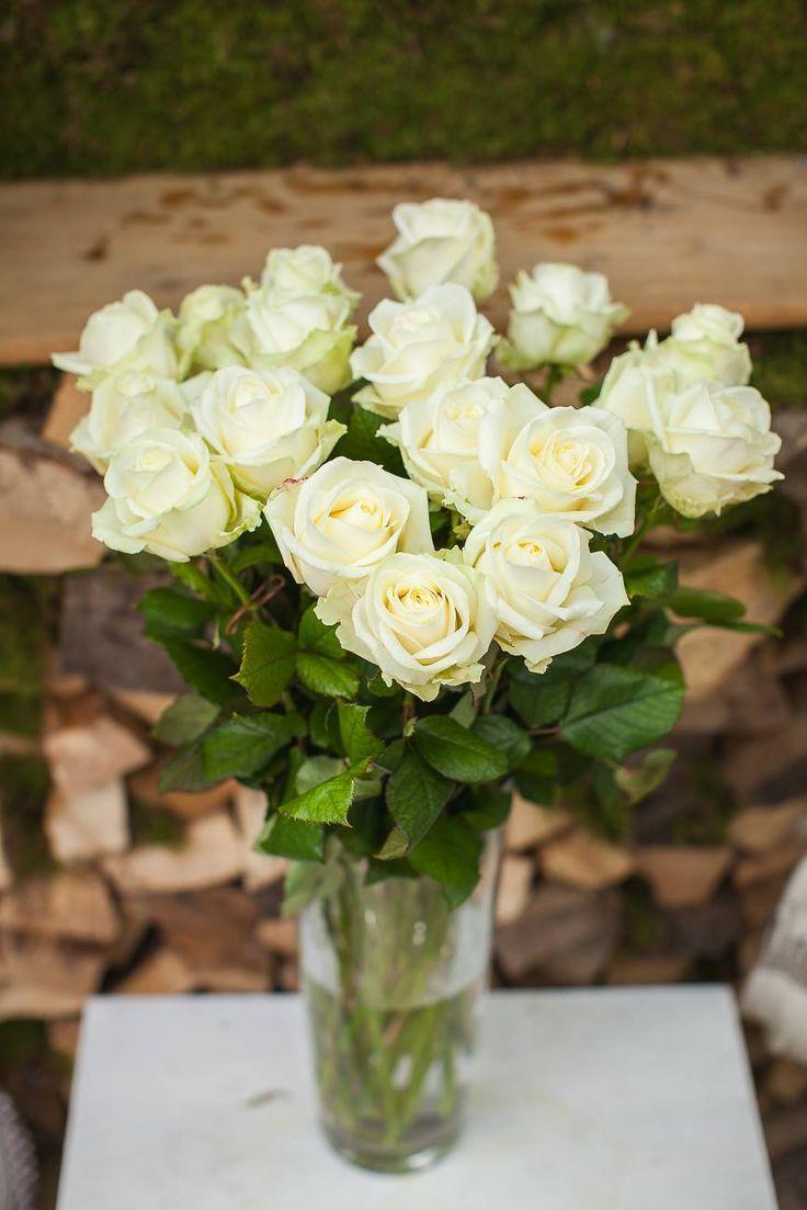 Kytica z bielych ruží 50 € http://www.kvetysilvia.sk/donaskova-sluzba/