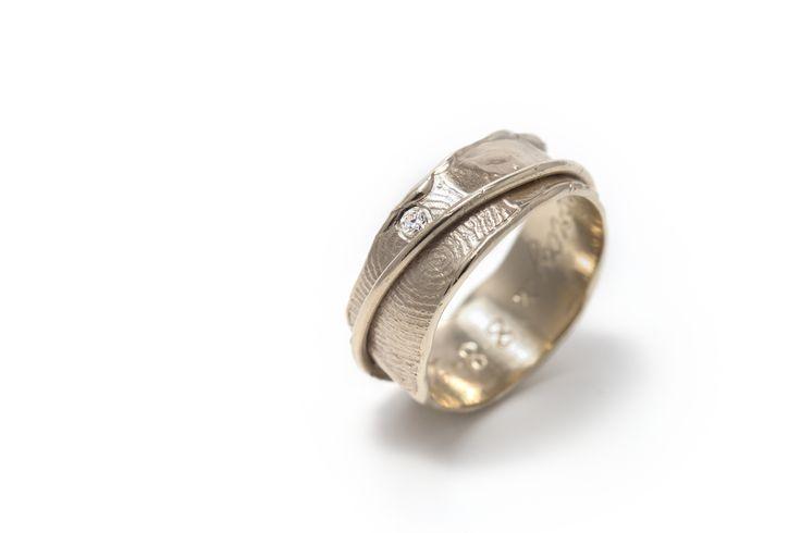 ring met vingerafdruk en diamant vervaardigt in wit goud 18 karaats