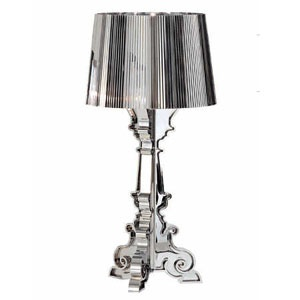 Een nieuwe interpretatie van de barokke tafellamp. U kunt de lampenkap op 3 verschillende hoogtes vastzetten: 68, 73 en 78 cm. In zwart of kristal, verchroomd en verguld.