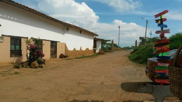 Este lugar nos muestra la vía para Guane un corregimiento vecino de Barichara , desde aquí se puede ver que cada ves que recorres los caminos de Santander te vas enamorando mas de Colombia.