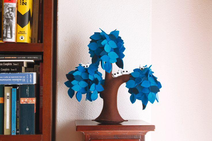 Salice piangente blu con una famiglia di gufi. Arredamento della camera bambini