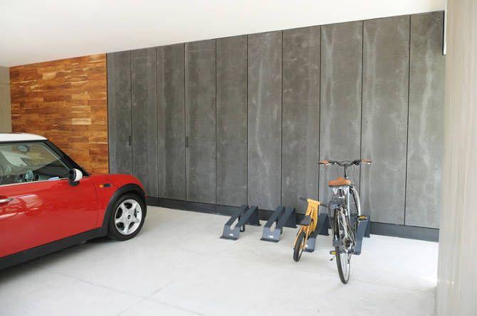 Busca imágenes de Garajes de estilo moderno en negro: Clóset garaje. Encuentra las mejores fotos para inspirarte y crea tu hogar perfecto.