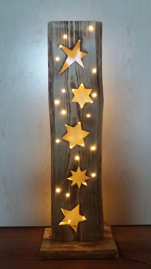 Liebevoll handgefertigtes Holzbrett (aus heimischen Wäldern). 5 Stück ausgesägte Sterne – verschiedene Größen und Formen. Mit Ständer – das Holzbrett können Sie ohne Probleme an den gewünschten…