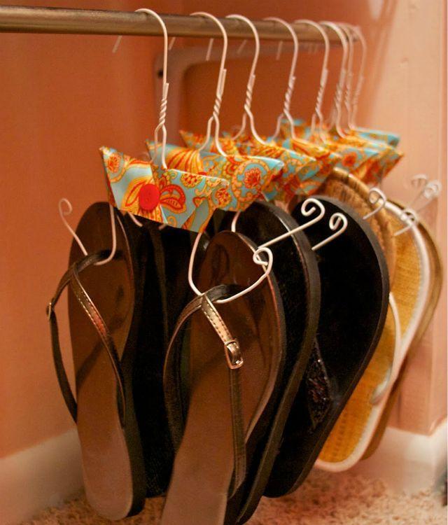 Mira el espectacular organizador de sandalias que puedes hacer con tan solo una percha. Completo Tutorial