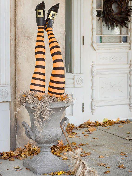 außendeko selber machen halloween party hexenbeine steinurne
