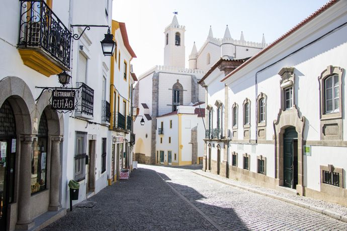 Road trip #Portugal: de route van Porto naar de Algarve - via Expeditie Aardbol 01.06.2016 | Als ik denk aan alle mooie landen die ik de afgelopen tijd heb bezocht, dan zijn er maar weinig waar ik me zó thuis voelde als in Portugal. De zon die bijna altijd schijnt, de warme mensen en dat mediterrane sfeertje: onze road trip door Portugal, afgelopen december, was absoluut een fijne reis. Foto: Évora, Alentejo