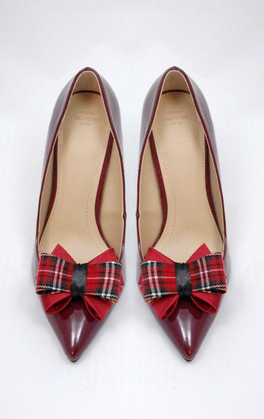 Kokardki 3D Christmas - klipsy do butów Coquet Idealna para klipsów na jesień i zimę. Świetnie wpasują się w stylizację z cięższych, cieplejszych materiałów, które nosimy w chłodniejsze dni. Dodatkowo stylowa krata nada Twoim butom wyjątkowego charakteru ! Świetny pomysł na prezent!