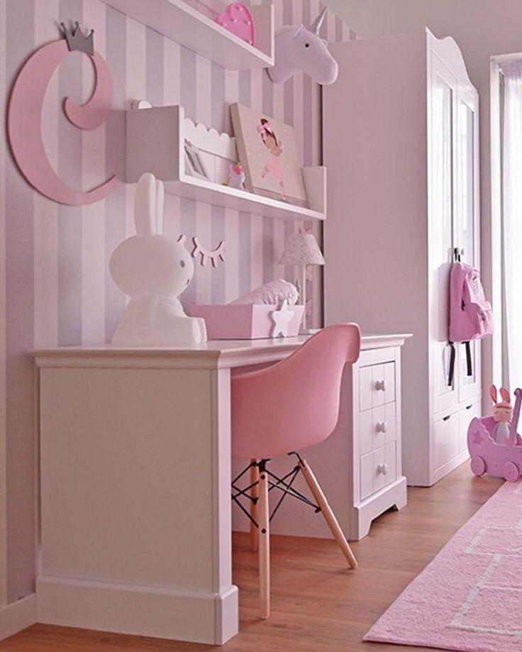 Verliebt in diese Ecke des Studiums! Schreibtisch, Sessel esmes pink, Regale Wellen, klassischer Buchstabe …. ALLES in WWW.BABYKIDSDECO.COM 📸 … – Mindi Manzoline