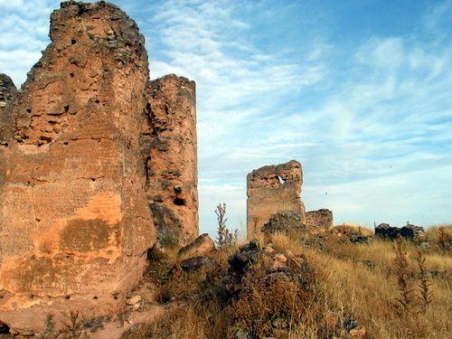 """#Jaén #Vilches - Castillo de Giribaile GPS 38º 7' 19.89"""" -3º 28' 58.56"""" / 38.122192, -3.482933   Foto de Ginés Collado ( http://www.panoramio.com/user/292844 ) El castillo de Giribaile está situado en el meseta, que posee una altitud de unos 500 metros sobre el nivel del mar, desde allí se controlan visualmente los extrarradios de Cástulo (15 kilómetros al suroeste), la vía Heráclea y un amplio territorio."""
