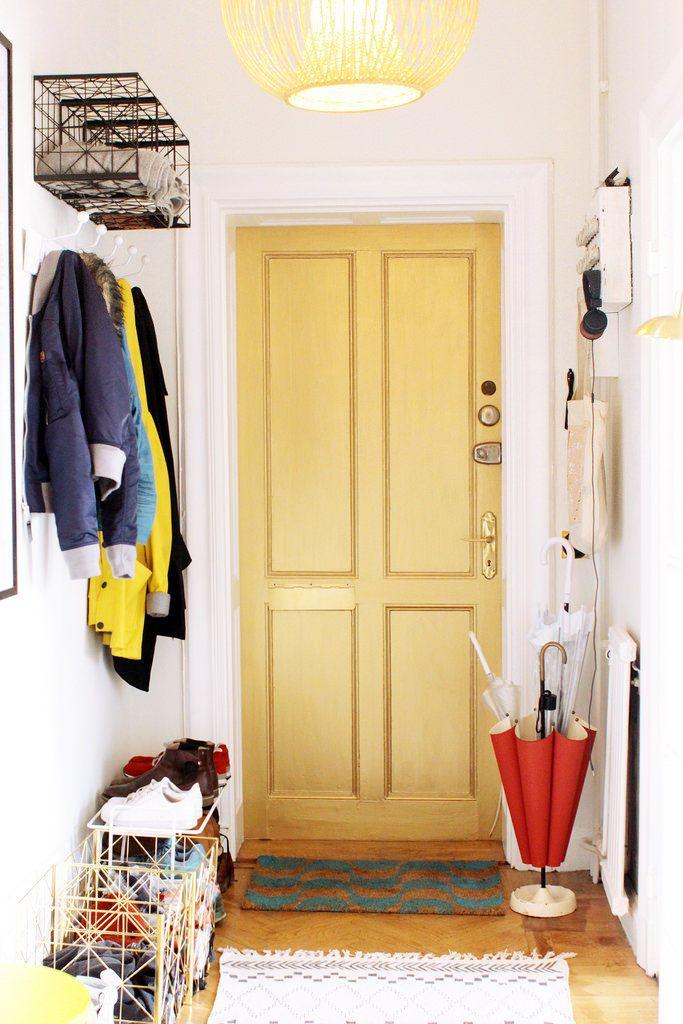 Bloggaren Sandra Beijer har målat insidan av sin dörr med Beckers Decor Metall i färgen guld.