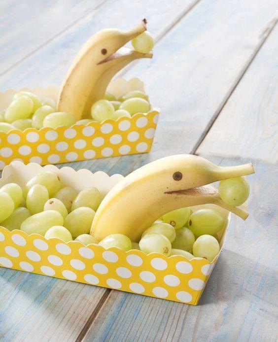 7x Gezonde traktatie met fruit om te trakteren op school, kinderdagverblijf, peuterspeelzaal, bij de opvang etc. Lekkere snacks met fruit en dus heel verantwoord voor kids! Kidsproof! Bananen dolfijntjes! Ook leuk voor een kinderfeestje