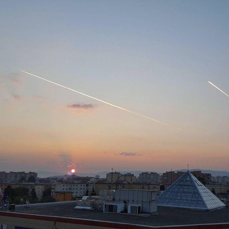 🌄#sunrise #september #morning #sky #sun #lines #skyporn #friday #nice #haveagoodday #brasov #ig_brasov #romania #mountaincity #photo #beautiful #start #beforework #autumn #neighborhood #nature #city (la Brasov, Romania)