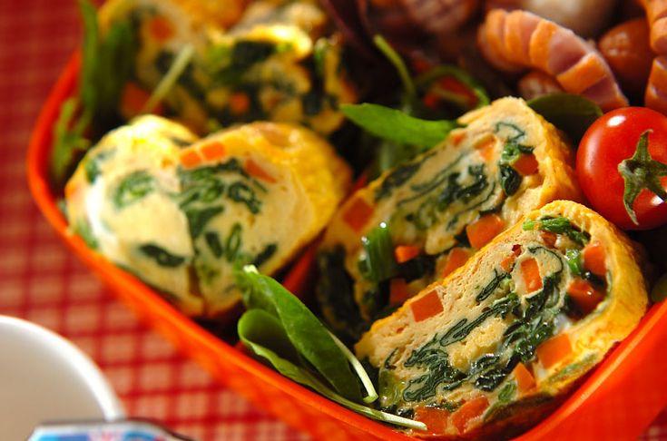 ニンジンとホウレン草を使った彩り豊かな卵焼き!一品入れるとお弁当が明るくなります。