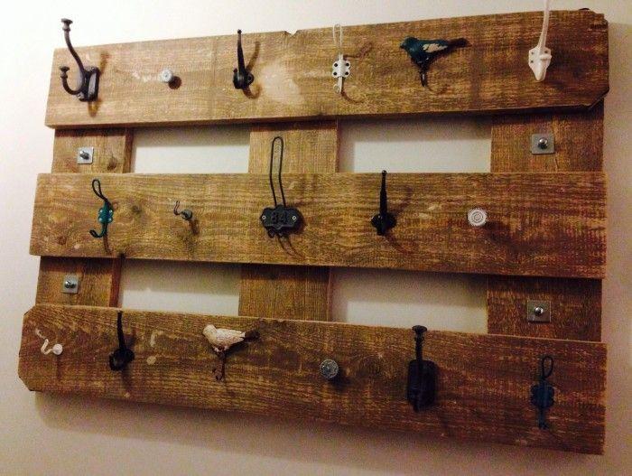 Kapstok gemaakt van gebruikt steigerhout met verschillende haken.