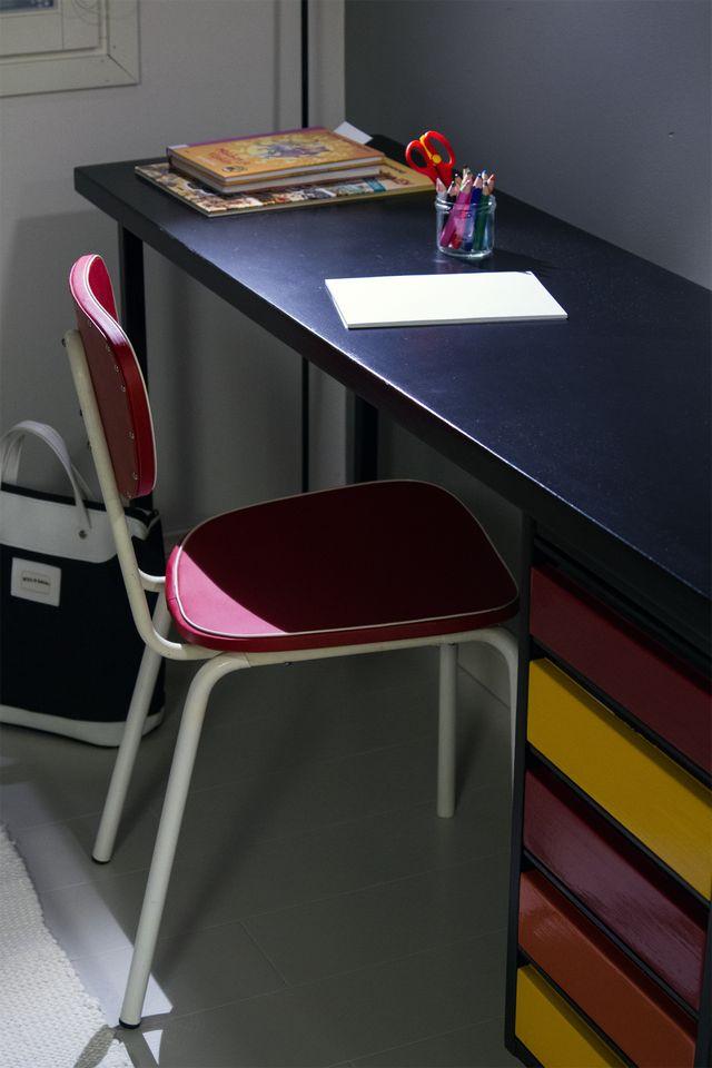 Lapsen , vanha kirjoituspöytä, maalattu, musta, värikäs. Retro tuoli. Kid's old desk, painted, black, colorful. Retro chair.