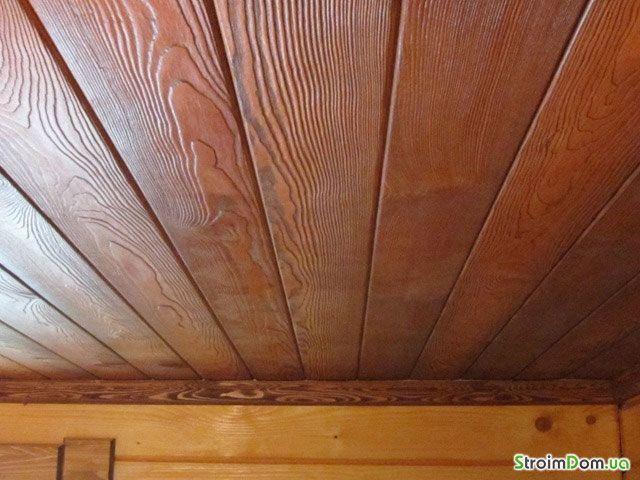 Потолок в деревянном доме - покраска