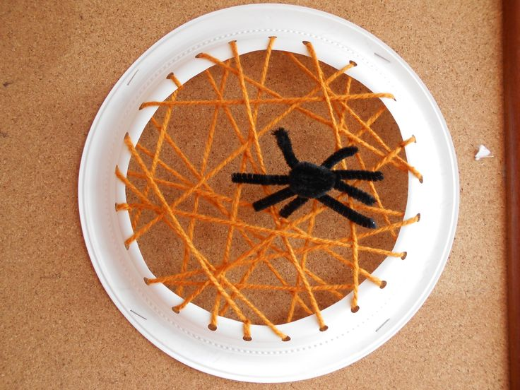 Telaraña con plato desechable, lana y limpia pipas. //This is a web using a plastic dish, wool and pipe cleaners.  L.P.J.V.