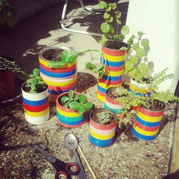Macetas con latas + cinta aislante, por Marina Pla