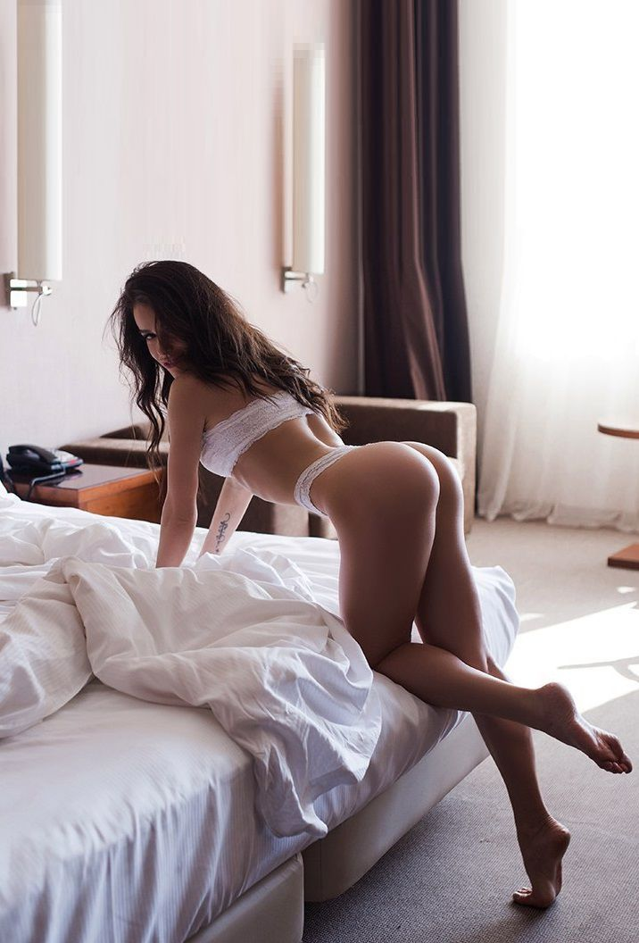 e12a3cf057c Booty showing Brunette | Outfit Of The Day | #OOTD | Bend at the ...