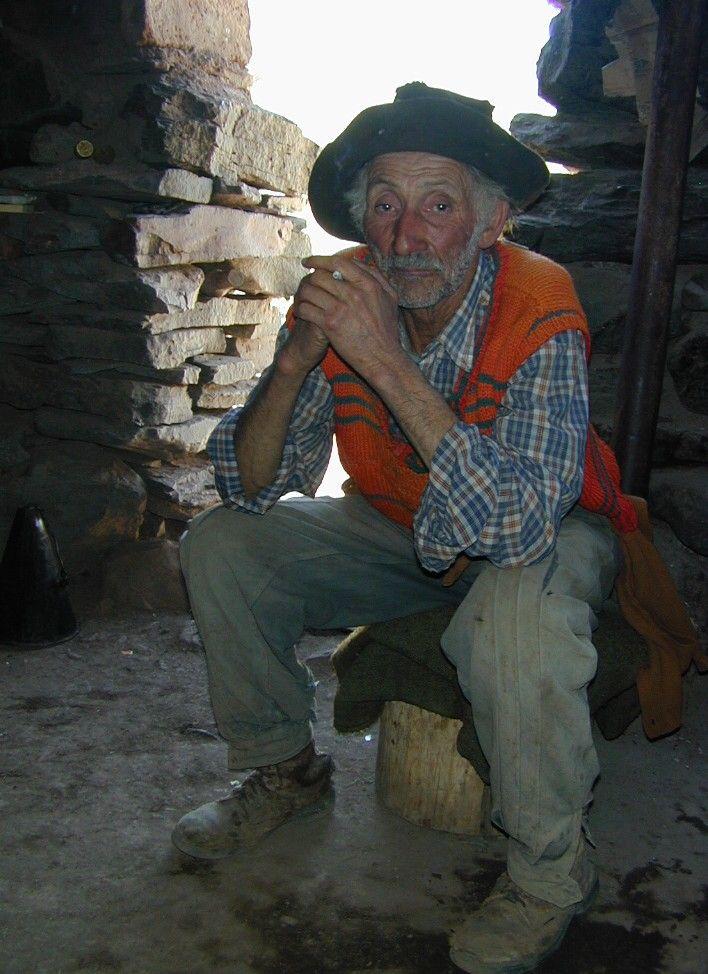 El Pehuenche, Mendoza, Argentina. Vegas de Letelier, gauchito fumando en su rancho.
