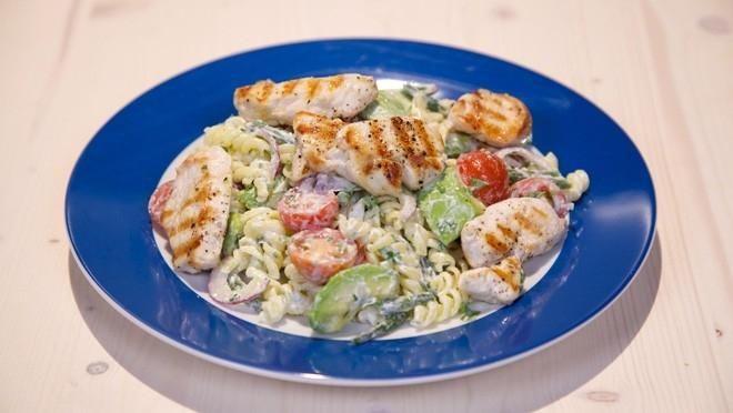 Salade met avocado en gegrilde kipreepjes - De Makkelijke Maaltijd | 24Kitchen