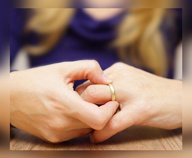 terkadang perhiasan seperti cincin emas bisa membikin depresi seseorang yaitu saat cincin emas tersangkut di jari, bagaimana mengatasinya?