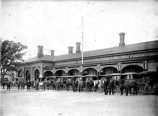 Horse drawn cabs waiting outside Bendigo Railway Station, 1925. State Museum of Victoria.