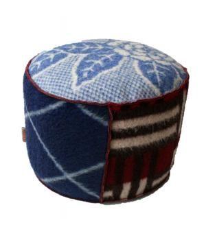 Grote stevige poef bekleed met retro wollen dekens in blauw/ aubergine tinten. De poef is 50 cm in doorsnede en 30cm hoog. Oo te bestellen in andere kleurencombinaties (levertijd max 1 week)