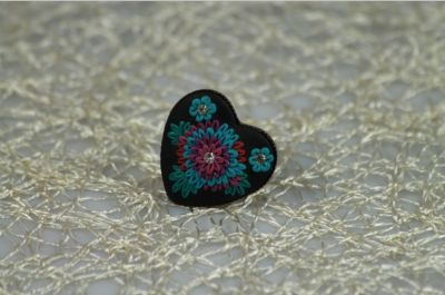 Čierny fimo prsteň s kvietkami