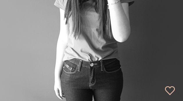 flare e camiseta. dark jeans. t-shirt. http://simpleness.com.br/