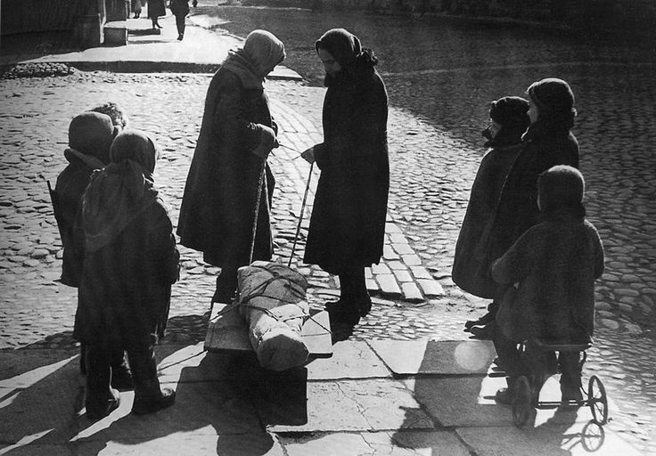 A farewell in Leningrad, in the spring of 1942. The German Siege of Leningrad caused widespread starvation among citizens, and lack of medical supplies and facilities made illnesses and injuries far more deadly. Some 1.5 million soldiers and civilians died in Leningrad during the siege - nearly the same number were evacuated, and many of them did not survive the trip due to starvation, illness, or bombing. (Vsevolod Tarasevich/Waralbum.ru)